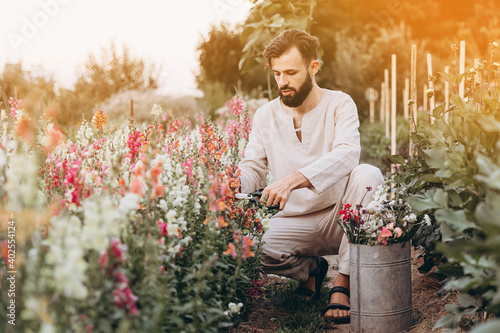 Canvas Print worker in a greenhouse where flowers are grown