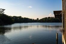 釣りが盛んな穏やかな池