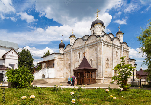 Foto Vvedensky convent on a sunny summer day with believers