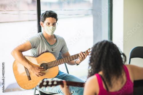 Cuadros en Lienzo Hombre maestro de música dando clases