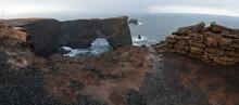 Acantilado Dyrhólaey En La Playa De Arena Negra De Islandia