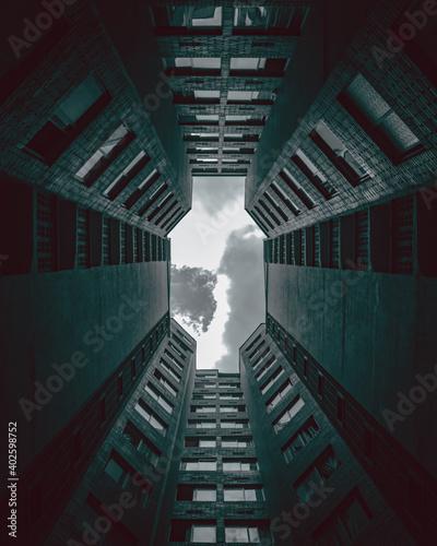 edificio simétrico mirando al cielo