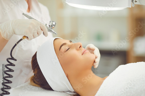 Carta da parati Woman getting oxygen therapy or jet peeling from cosmetologist