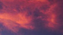 Fabuleux Ciel Rougeoyant, Pendant Le Coucher Du Soleil.  Les Cirrus Et Les Cirrostratus Confèrent Au Ciel Un Aspect Dramatique Et Infernal