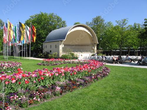 Valokuva Lichtentaler Allee mit Konzertmuschel im Kurpark und Blumen im Frühjahr in Baden