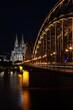 Hohenzollernbrücke vor beleuchtetem Kölner Dom