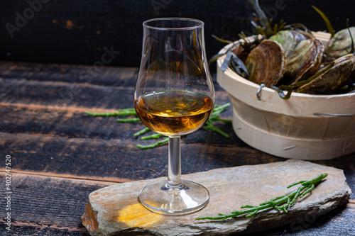 Photo Food and drink pairing, fresh raw European flat oyster grown in Brittany in Belo