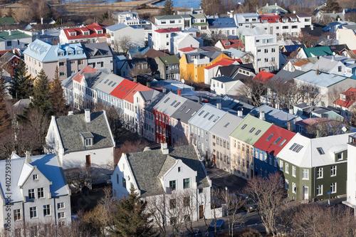 Billede på lærred Homes surrounding the modern cathedral Hallgrimskirkja in the capital of Iceland