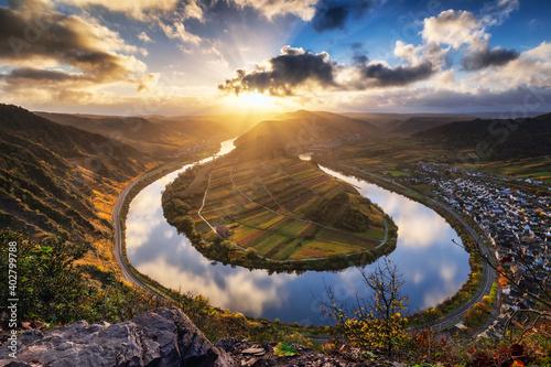 Lever de soleil sur le méandre de la rivière Moselle à Bremm Wallpaper Mural