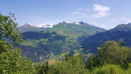 Fototapeta na wymiar Paysage de montagne dans les Alpes françaises en été