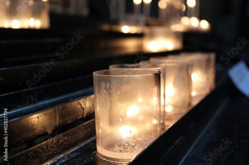 Canvas Detalle de velas encendidas en una capilla