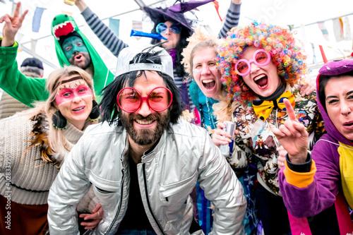 Foto Happy friends celebrating a carnival party