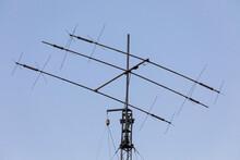 Antenna Per Il Ricevimento Di Onde Radio Con Sfondo Il Cielo Azzurro.