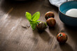 Gestreifte bunte Tiger Tomaten in Schale mit Mozzarella und Basilikum mit Geschirrtuch auf Holz