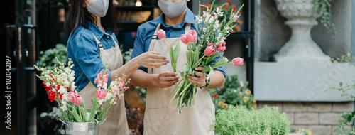 Valokuva Creation of flower arrangement and modern service, owner teaches trainee