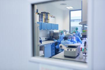Panel Szklany Koszykówka Forscher Team arbeitet an Covid-19 Impfstoff im Labor