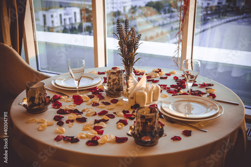 Foto romantic table with roses for two in a restaurant
