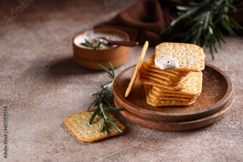 Fotografia salty crackers with spices for a snack