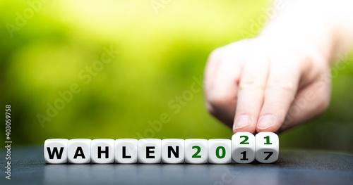 Obraz Symbol für die Bundestagswahlen 2021 un Deutschland. Hand dreht Würfel und ändert den Ausdruck