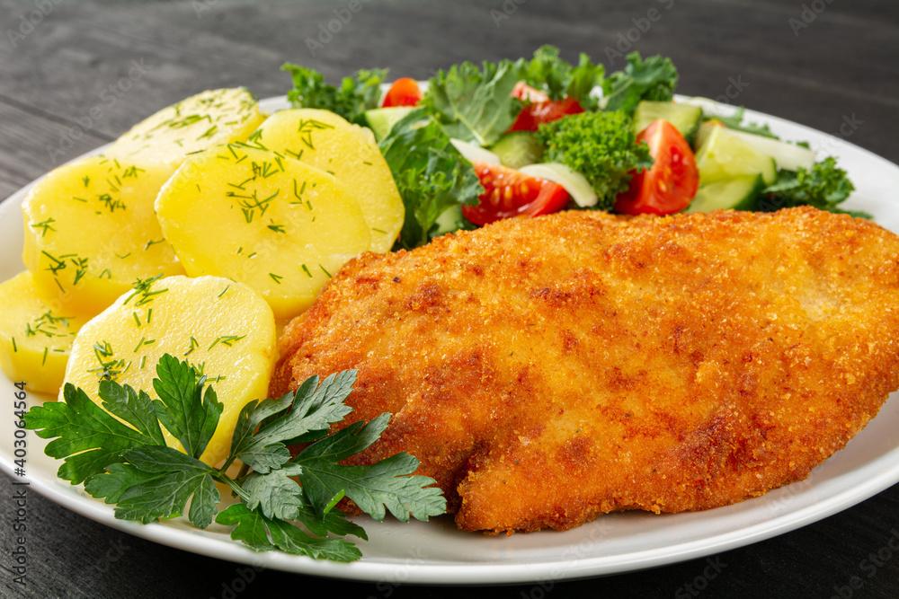 Fototapeta smażone filety z kurczaka z ziemniakami i surówką