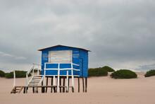 Puesto Cerrado De Venta De Productos En La Playa Un Día Nublado