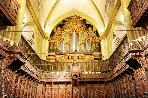 Coro barroco y órgano en el interior de la Catedral de San Juan Bautista, Badajo Fotobehang