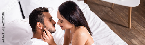 Photo high angle view of sexy woman seducing young man in bedroom, banner