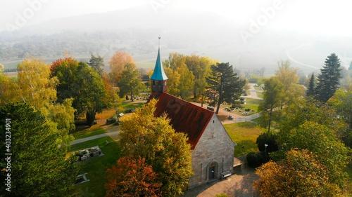 Canvas Belsener Kirche im Herbst mit Nebel