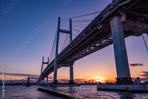 Foto 夕暮れに掛かる横浜ベイブリッジ