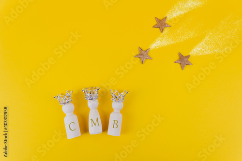 Three figures with crowns and three golden stars on yellow background Fototapet