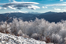 Zimowy Krajobraz Górski. Widok Na Dolinę Między Rawkami A Tarnicą Z Ukraińskimi Karpatami Na Horyzoncie, Bieszczady, Polska