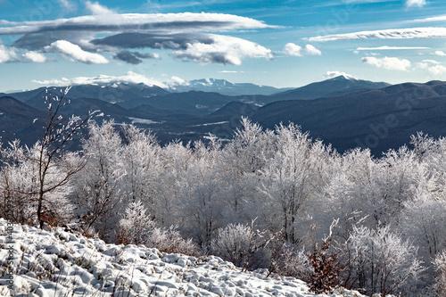 zimowy-krajobraz-gorski-na-tle-karpat