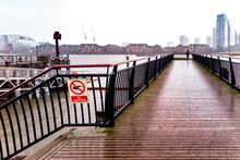 Londra Giornata Invernale Umida Con Nuvole - Pontile Sul Tamigi Con Persona