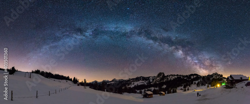 Photo Panoramic shot of mountains under a starry night sky in winter