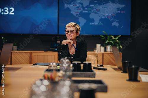 Obraz CEO in boardroom meeting - fototapety do salonu