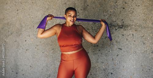 Leinwand Poster Woman working out with resistance band