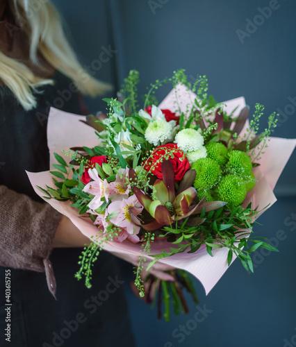 Obraz nice bouquet in the hands - fototapety do salonu