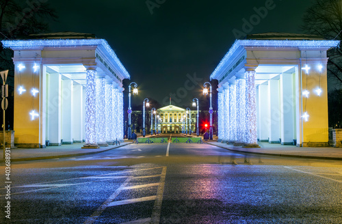 Foto Colonnades of propylaea and the central portico of Smolny in the evening, with New Year decorations