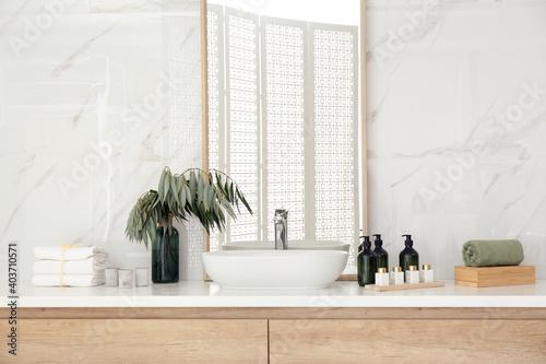Modern bathroom interior with stylish mirror and vessel sink Fotobehang