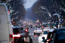 Calles Y Tráfico Del Centro De París En Navidades