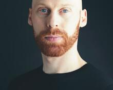 Freundlicher Mann Mit Rotem Bart Und Glatze - Friendly Man With Red Beard And Bald