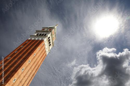 Tela Il campanile di piazza San Marco, a Venezia, visto dal basso con il sole in camp