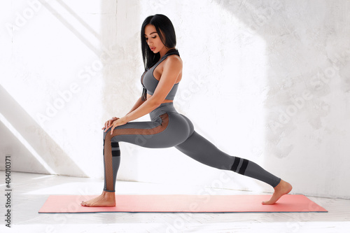 Canvas Print Fitness woman doing lunges exercises for leg muscle training