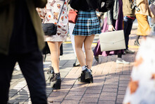厚底ブーツで渋谷駅前を歩く少女の足元