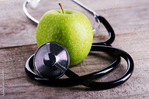 Papel de parede Close-up Of Granny Smith Apple With Stethoscope On Table