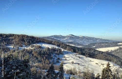 Fototapeta Zima w Beskidach, góry w śnieżnej scenerii obraz