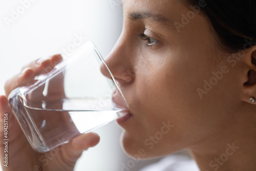 Fotomural Close up cropped image beautiful thirsty woman with perfect skin drinking still