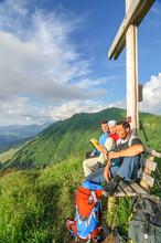 Wanderer Genießen Die Warme Abendsonne Am Gipfel