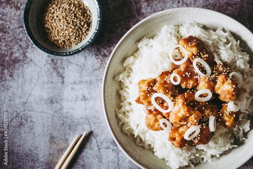 Fotografia, Obraz Choux-fleur caramélisé aux graines de sésame et petits oignons accompagné de riz