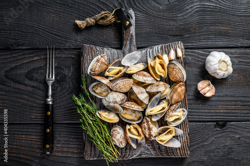 Shells Clams vongole on a wooden cutting board Fototapet